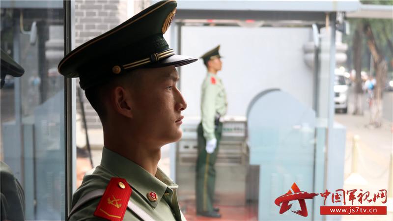 官兵们依法文明执勤,确保驻地安全。