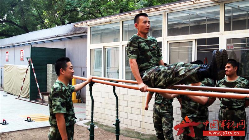 刻苦训练,提高军事素质。