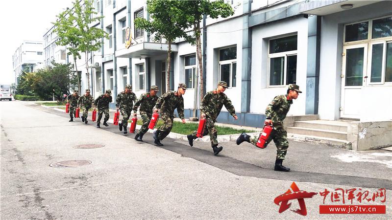 中队官兵进行紧急拉动演练。