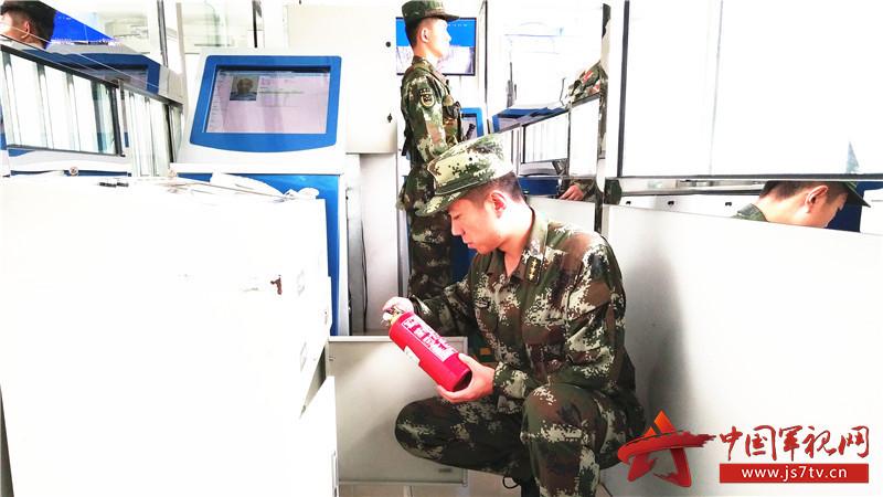 值班干部认真检查执勤设施。