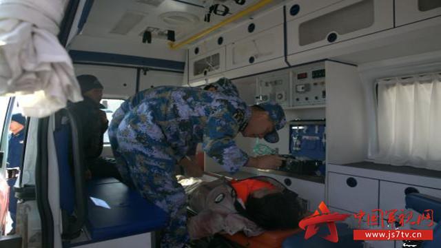 海军某部军医第一时间对被救渔民进行医疗检查 . 刘少正 摄