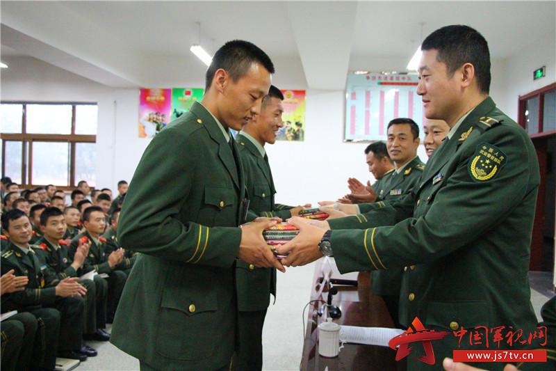 近日,武警北京总队新兵三团开展法纪教育展板巡展活动,使新战友在实现由一名普通青年到合格军人转变的同时,更要成为一名知法、懂法、守法的优秀军人。        此次教育活动围绕严格遵纪守法,迈好警营第一步的主题展开,主要采取以案说法的形式,精心挑选武警部队近年来发生的35个典型案例制作成生动的图片,从内部关系、网络泄密、违法犯罪等方面向官兵展示了因理想信念动摇、价值追求扭曲、法制观念淡薄,最终失足沦为阶下囚的惨痛教训。随后新兵团领导围绕为什么要遵纪守法,发生违规违纪问题的现实危害等问题,为