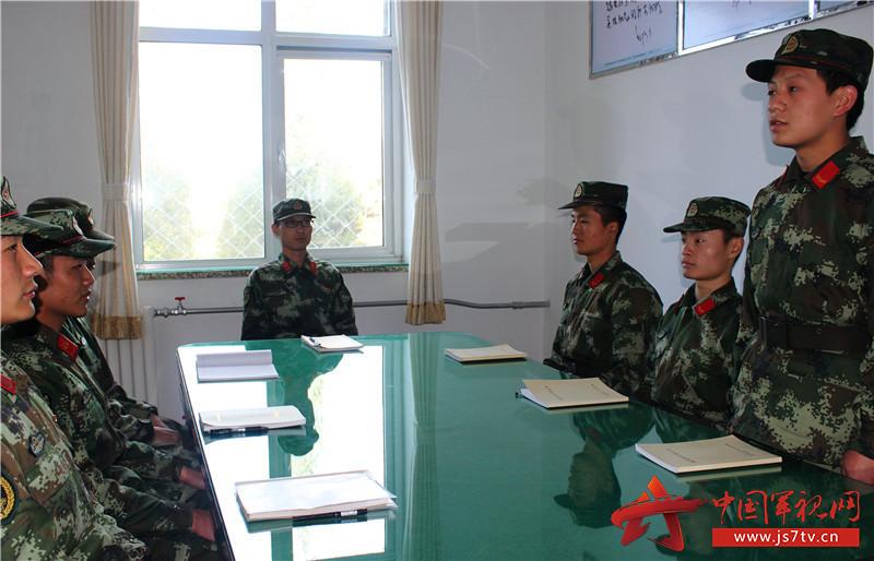 官兵进行讨论交流。