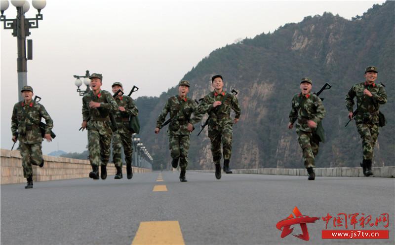 官兵积极开展长跑拉动训练