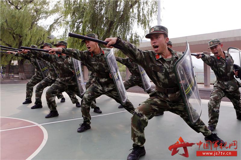 官兵进行警棍盾牌训练。