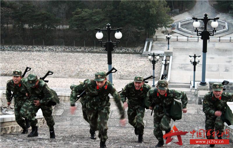 官兵进行爬坡体能训练。