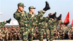 湖北武警:2000余名新兵首次军事训练会操