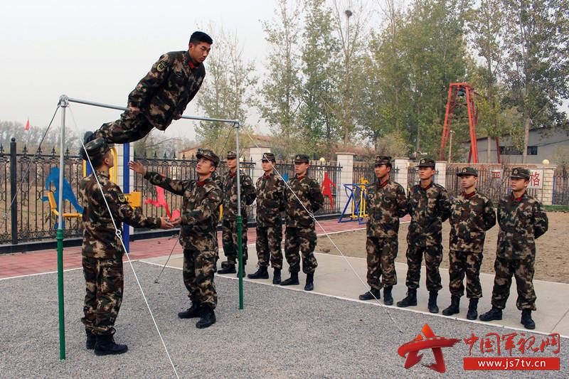 官兵进行单杠器械训练。_副本