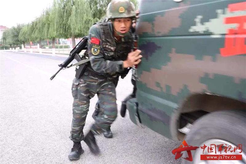 隨著一聲哨響,寂靜的空氣被吶喊聲劃破,迎著初春的朝陽,近百名官兵像脫韁的野馬,在加油助威聲中健步如飛一場激烈的角逐已然展開。這不是一次簡單的體能測試,而是武警北京總隊十六支隊二中隊特戰排為進一步提升官兵精武強軍、能打勝仗的能力而開展系列活動的一個鏡頭。   前不久,武警部隊頒發軍事訓練八落實標準,為部隊訓練邁向實戰化標繪了清晰的路線圖,十六支隊二中隊特戰排緊貼任務需要,克服考核走過場、訓練擺花架,大力開展血性軍人大練兵活動。