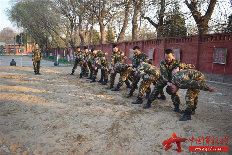 确保执勤安全,加大哨兵反袭击训练