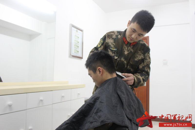 """""""老兵理发员""""再施展下特长,让身边的战友都有一个帅帅的发型"""