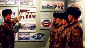 新疆军区某红军团:列兵参观团史馆 激发建功军营斗志