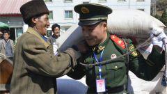"""火箭军""""常规导弹第一旅""""   老兵离队前夕收到聘书"""