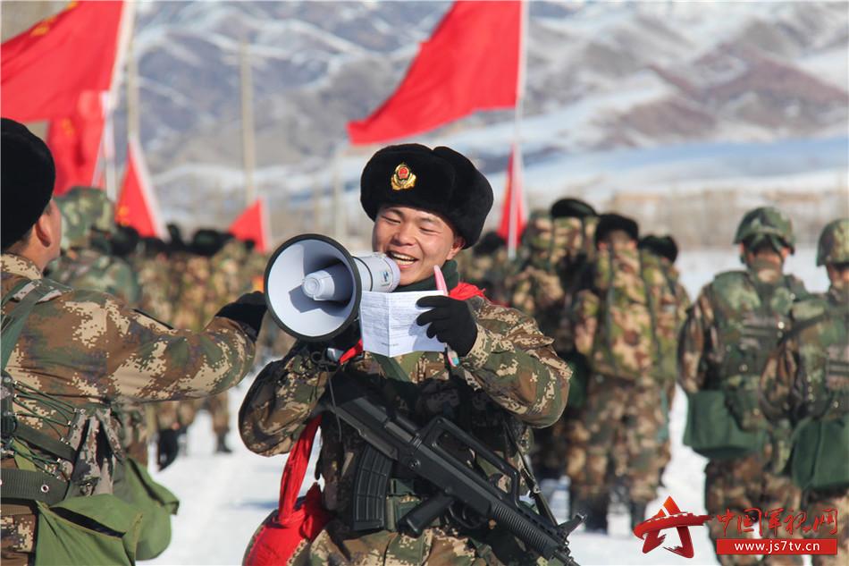 武警8663部队野营拉练途中为官兵鼓舞士气.