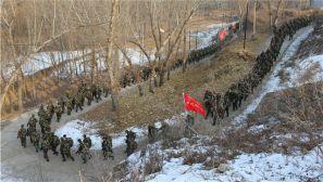 武警部队冬季拉练:深山严寒何所惧 千里冰霜脚下踩