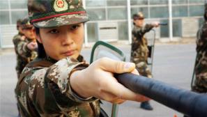 武警北京总队:女兵冬季大练兵练虎气