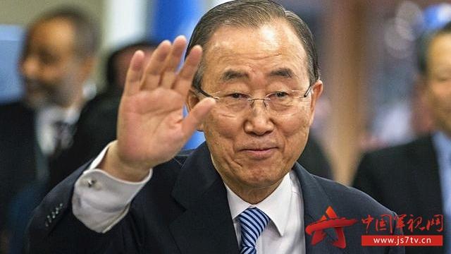 12月30日,纽约联合国总部,即将卸任的联合国秘书长潘基文向工作人员挥手告别。(新华社记者李木子摄)   新华社北京12月31日新媒体专电 即将卸任的联合国秘书长潘基文12月30日在美国纽约联合国总部作临别前最后一次讲话。他感谢联合国人员10年来对他工作的支持,并开玩笑称自己失落的感觉就像灰姑娘。   当天,潘基文在接受韩国记者采访时否认腐败传言,称愿意推动韩国宪法改革。他先前表态愿意许身报国,被解读为有意参加韩国总统选举的最强信号。   【灰姑娘】   今年72岁的潘基文是联合国第八任秘