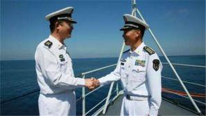 亚丁湾上,两位一等功臣深情握手