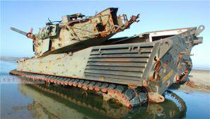 荷兰豹式坦克被当作靶子反复打,车体已千疮百孔