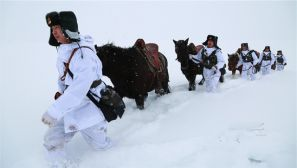 边防官兵零下20摄氏度踏雪巡逻