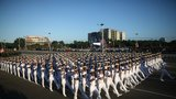 古巴建军60年阅兵场面宏大