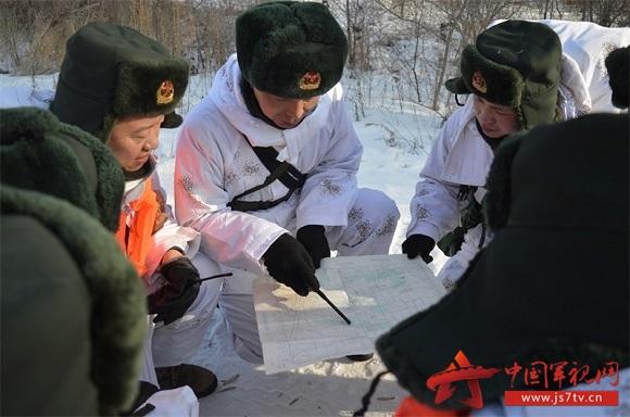 (无水印)营连主官商讨行军路线。