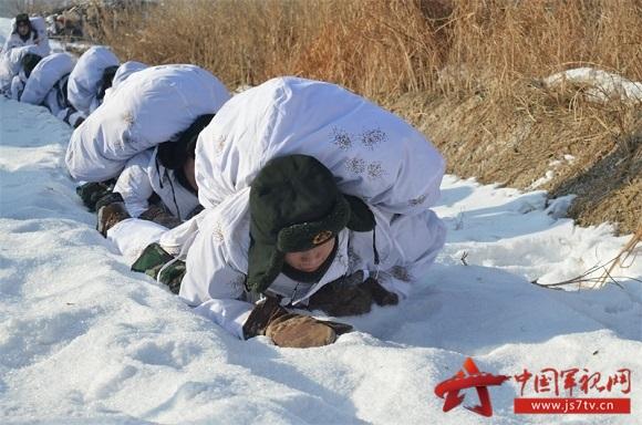 (无水印)遭敌空中侦察卧爬雪地。
