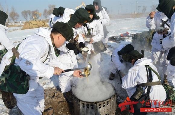 (无水印)严寒条件下热食补给。