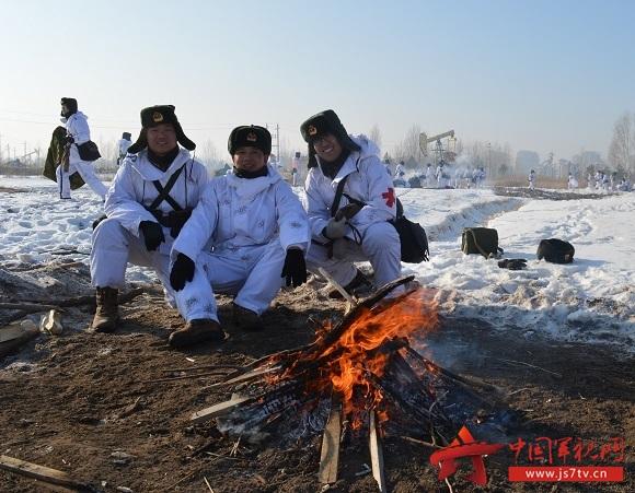 (无水印)行军休息间隙生火取暖。