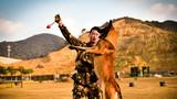 训犬员指示警犬训练。