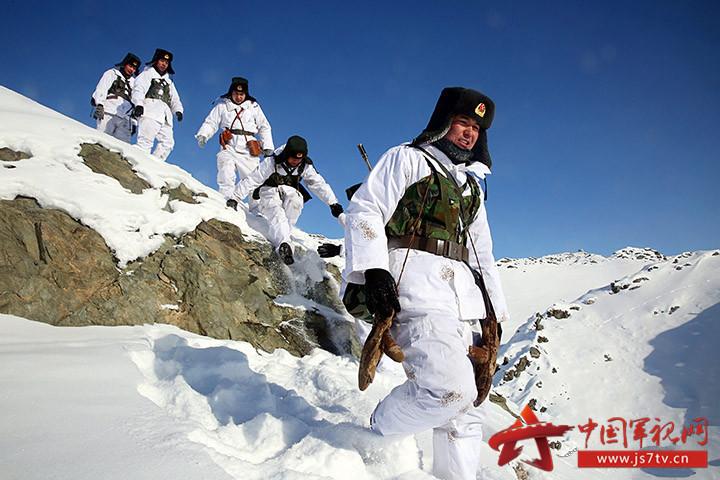 新疆塔克什肯边防官兵踏雪巡边