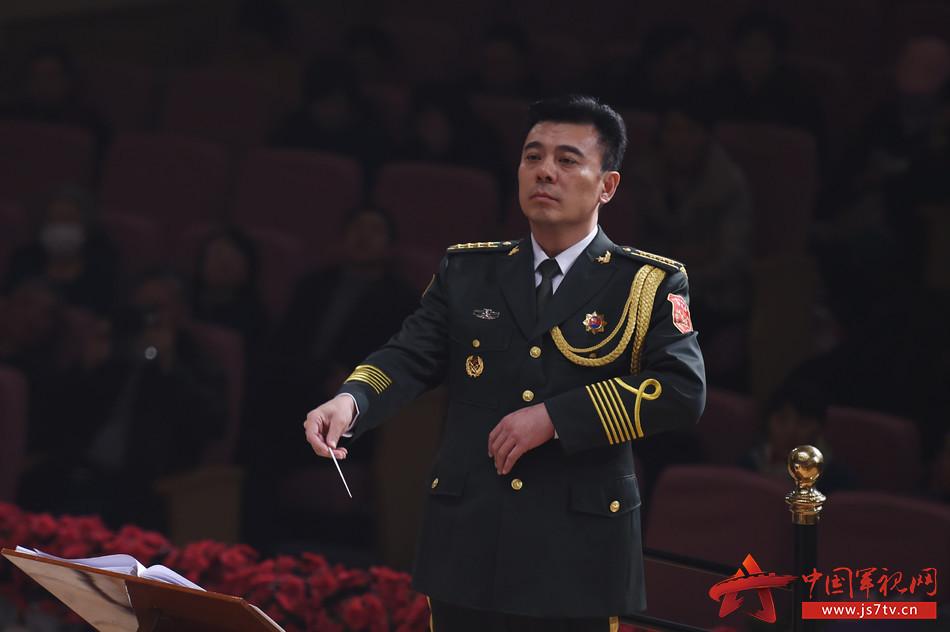 2.著名指挥家、解放军军乐团副团长张海峰指挥音乐会
