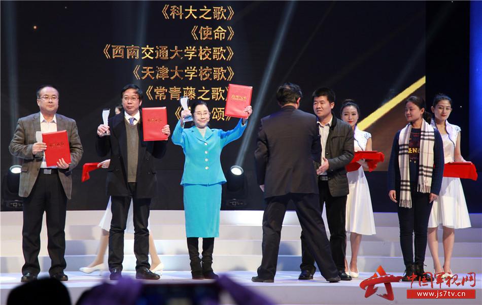 1八一学院院长张一尘(左三)代表学院上台领奖
