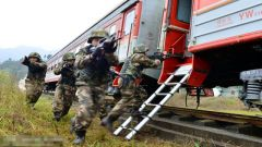 重庆:武警火车反劫持演练保春运