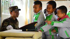 云南某边防团与驻地幼儿园开展军民共建活动
