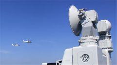 护航编队赴卡塔尔多哈港途中首次开展直升机编队训练