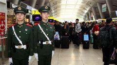 2017春运大幕开启,北京武警南站执勤