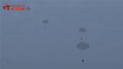 空降兵新战士进行大飞机跳伞  向合格空降战斗员迈进