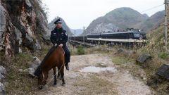 """坚守在深山里:铁路""""骑警""""的一天"""