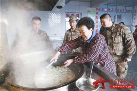 """贾平是长岛县拥军出了名的""""兵妈妈""""."""