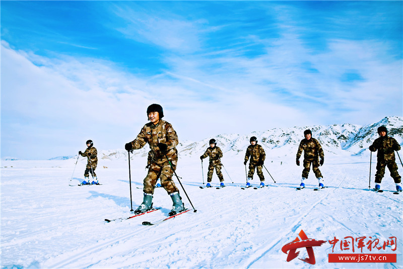 阿勒泰军分区组织滑冰滑雪训练 提高官兵基础体能图片