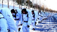爬冰卧雪挑战严寒 千人百车挺进雪原