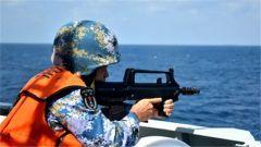 海军第25批护航编队组织反海盗武器装备射击演练