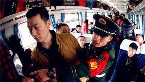 春运客流高峰:武警官兵倾力保平安