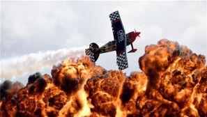 澳大利亚国际航展上演精彩飞行表演