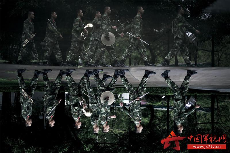 """""""在军乐队,国歌和军歌这两首谱子,是每一名队员必须会的."""