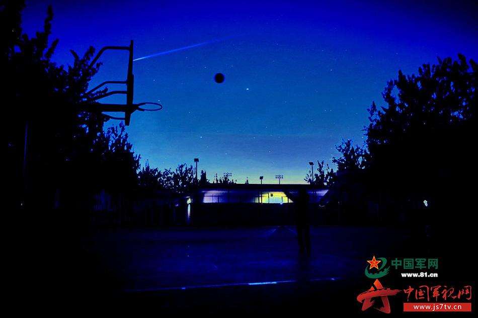 皎洁的月光映在篮板上,与旁边的树影一起陪伴我们的成长.