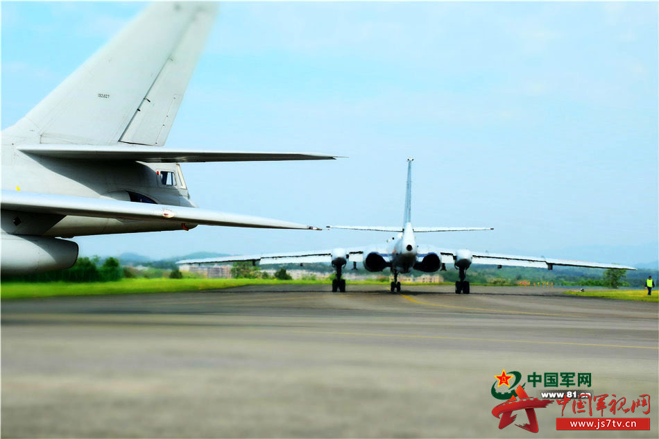 飞机换季工作,是指为保证飞机和维修设备适应季节变化而进行的工作,通常每年两次,在夏季和冬季到来之前完成,每临大节,机务兵们就要撸起袖子鼓足干劲儿大干一场。近期,南部战区空军某团的机务官兵们完成了轰油-6飞机的换季工作。