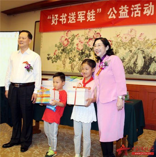 3 北京华夏文化交流促进会会长袁雍和八一学院院长张一尘给军娃捐赠图书