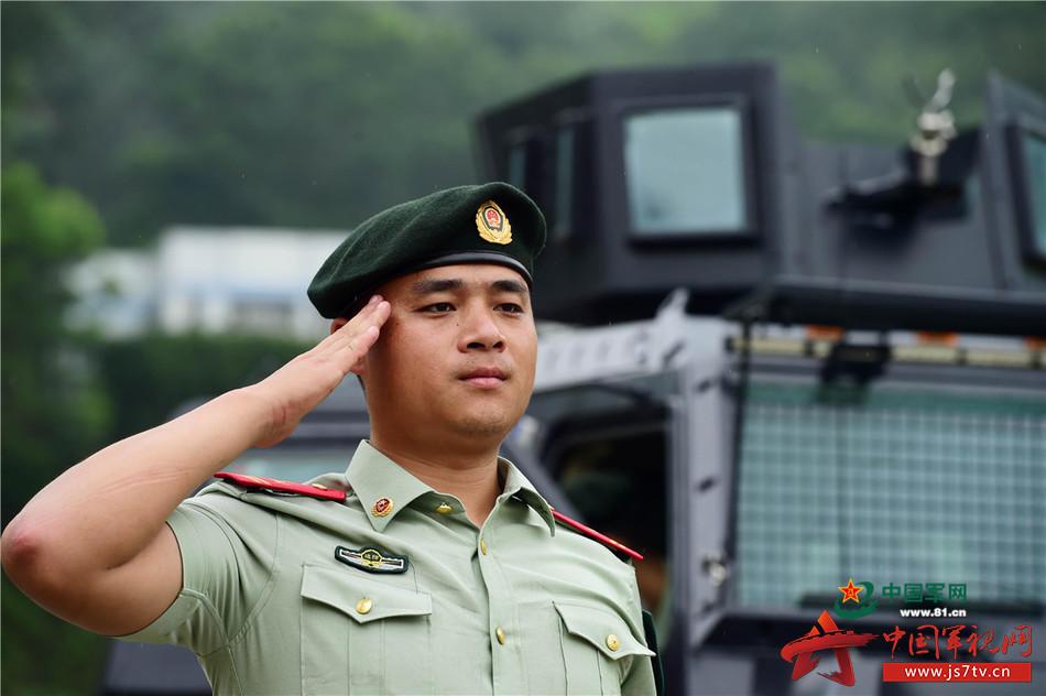贝雷帽与反恐突击车 武警兵哥哥的飒爽英姿